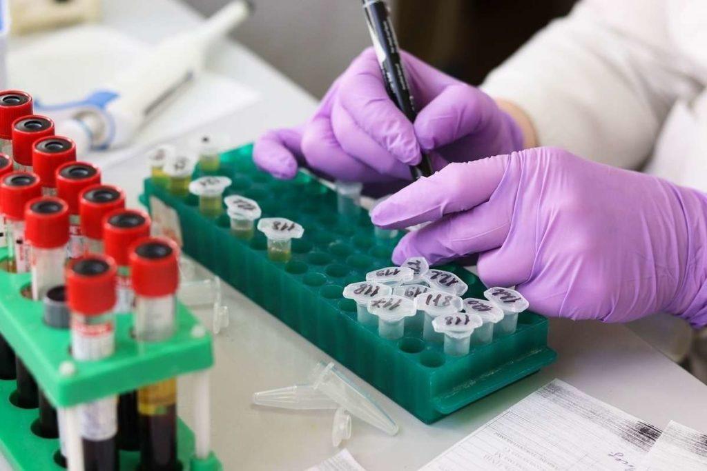 """В США завершают испытания """"коктейля"""" из антител против COVID-19"""